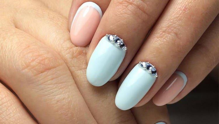 Еще один красивый вариант маникюра для овальных ногтей.