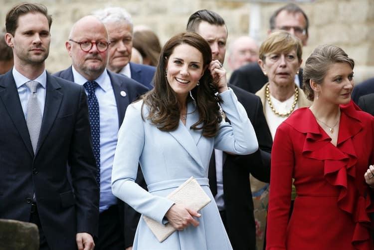 нежно-голубой цвет часто использует в одежде и маникюре Кейт Миддлтон.