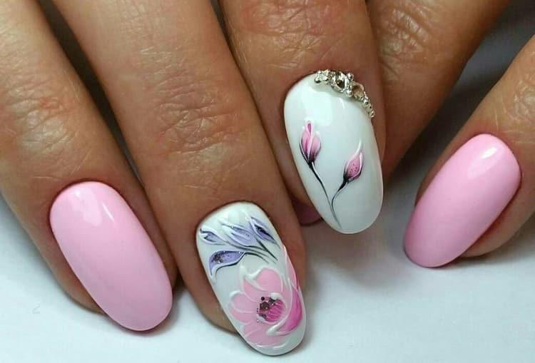Нежнейшие цветочки в розовом маникюре.