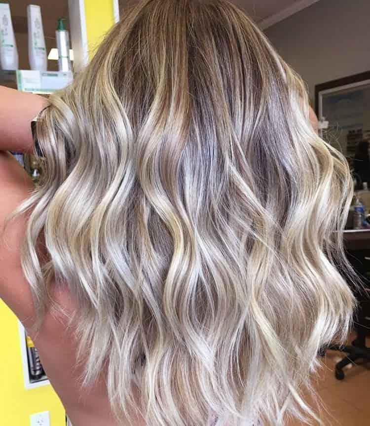 На светлых волосах такое окрашивание выглядит очень эффектно.