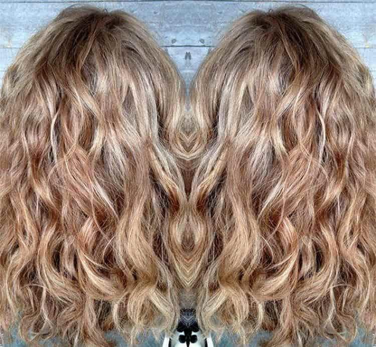 Красиво выглядит балаяж на кудрявых волосах.