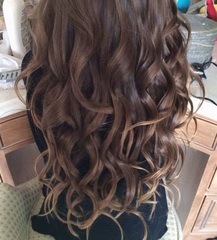 Посмотрите фото красивого омбре на темные длинные волосы.