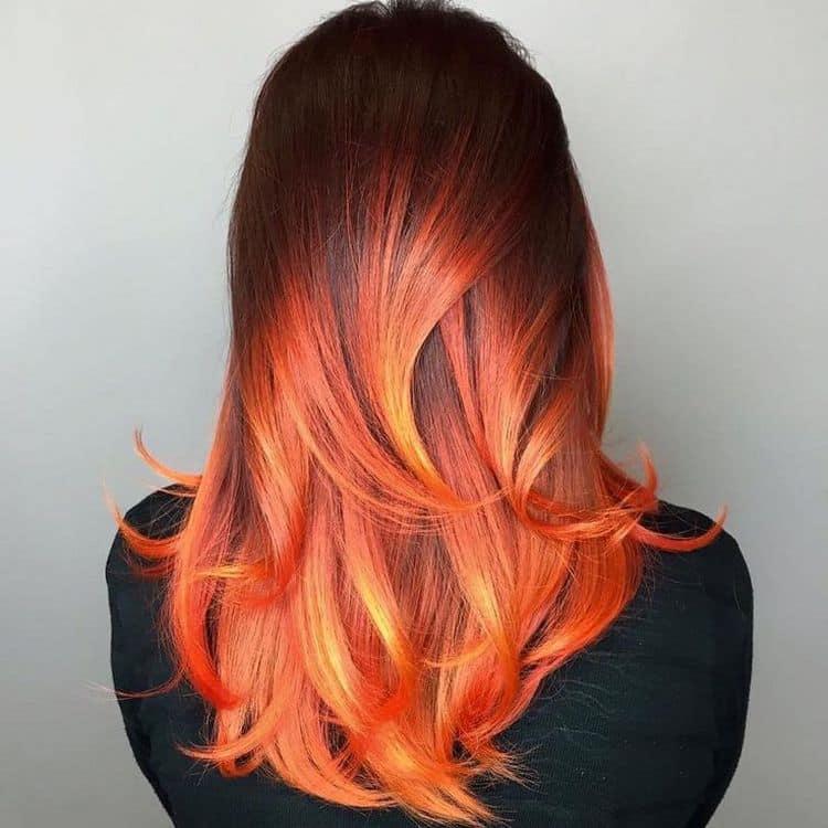 очень стильно выглядят яркие огненные рыжие кончики в сочетании с каштановыми корнями.