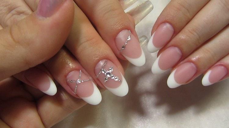 Очень красиво выглядит френч на ногтях овальной формы.