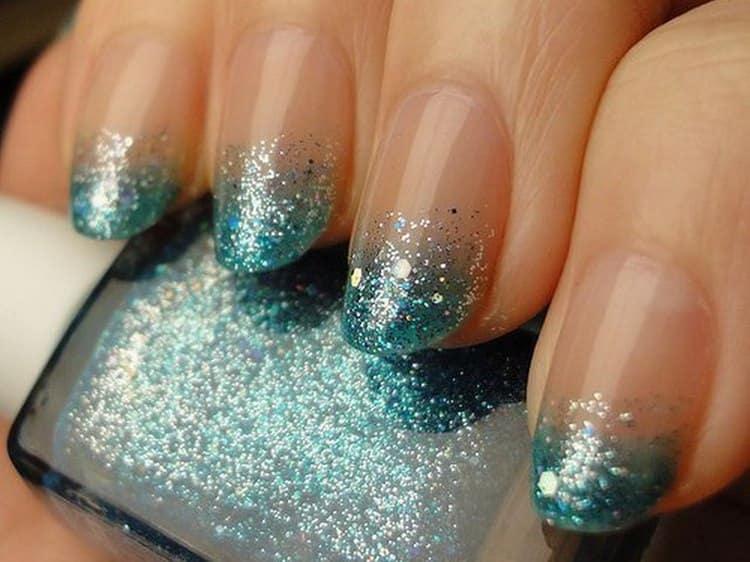 А вот фото френча с блестками на овальной форме ногтей.