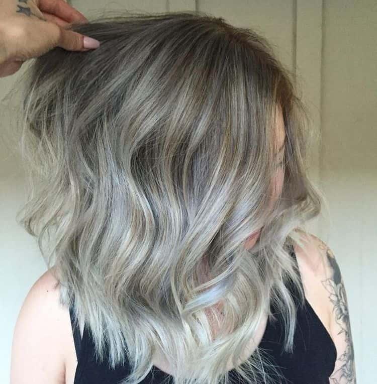 Пепельное мелирование хорошо подходит на русые волосы.