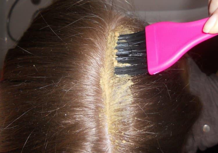 Хороший эффект дают также профессиональные питательные маски для волос.