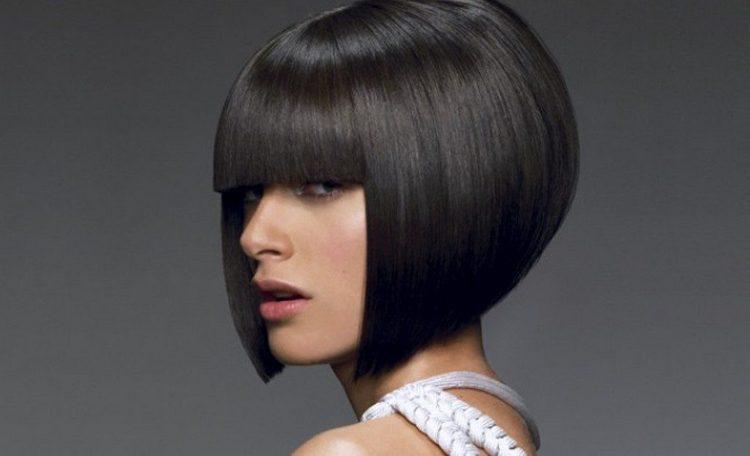 очень стильно такая стрижка выглядит на гладких волосах.