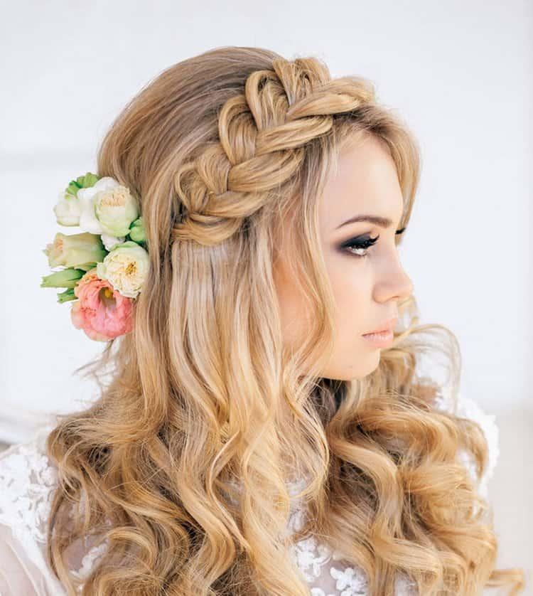Посмотрите еще один вариант свадебной прически на длинные волосы с косой.