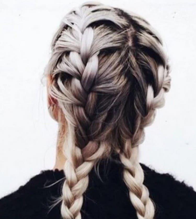 Посмотрите на фото вариант красивой прически на средние волосы на торжество.