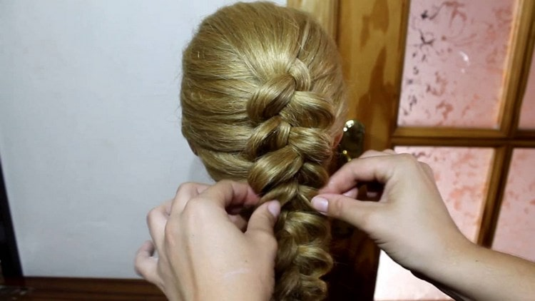 Посмотрите фото красивой прически на средние волосы.