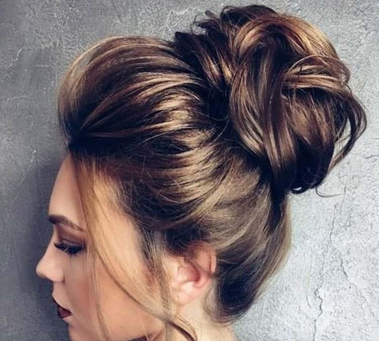 А вот еще вариант простой и красивой прически на средние волосы.