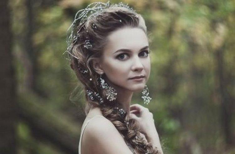 Посмотрите фото красивых причесок на выпускной на длинные волосы.