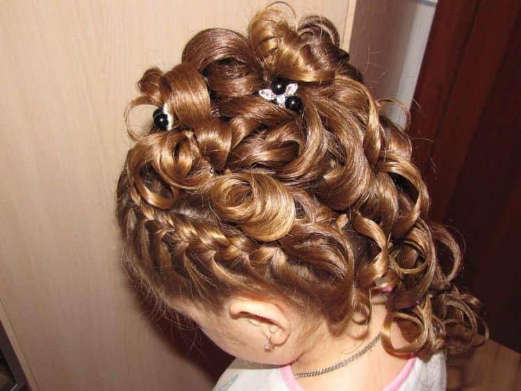 Прически на выпускной в садике на длинные волосы можно сделать с плетением.
