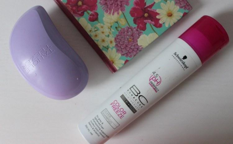 шампунь помогает сохранить цвет окрашенных волос.