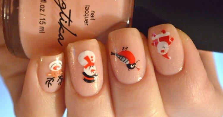 Интересный и простой дизайн ногтей можно сделать при помощи наклеек.