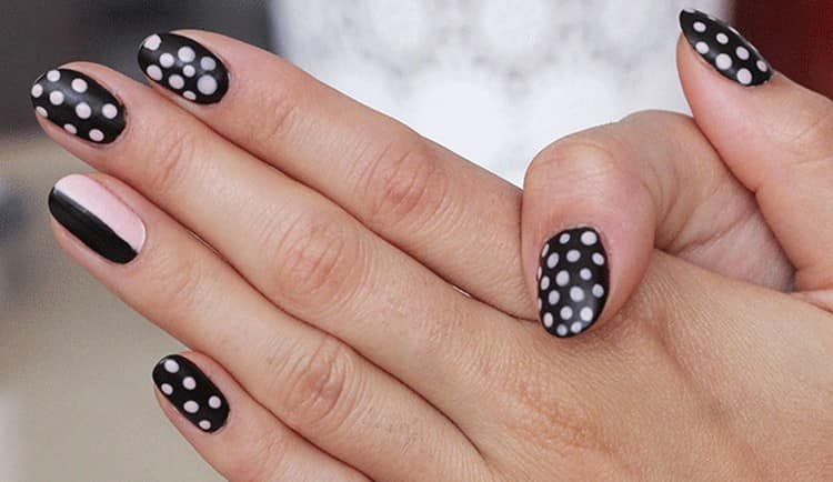 А вот еще один не менее стильный, но простой дизайн ногтей.