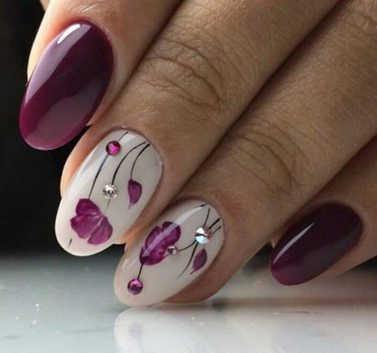 Посмотрите также фото ногтей, покрытых гель-лаком с рисунком.