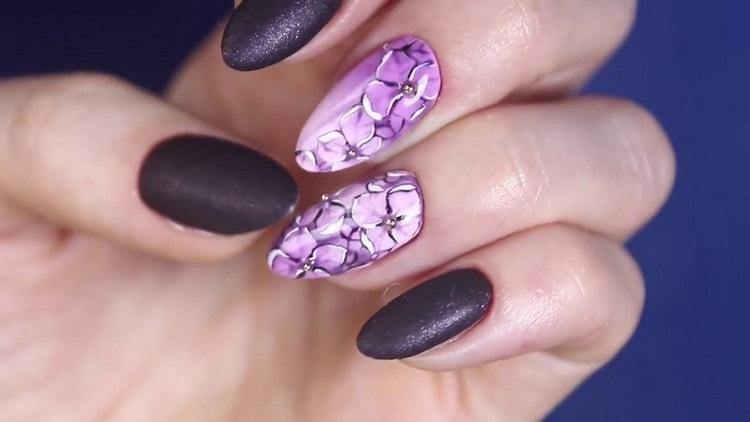 Цветы остаются на пике популярности для рисунков на ногтях.