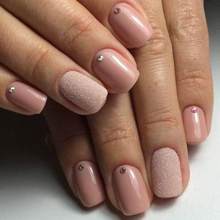 очень стильно выглядит на ногтях сахарный эффект.