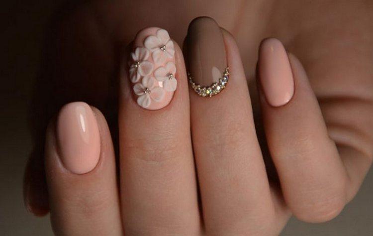 нежные объемные цветы на акцентном пальце выглядят очень стильно.