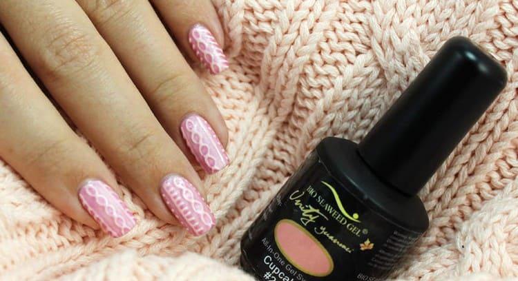 В тренде для холодного времени года вязка на ногтях гель-лаком.
