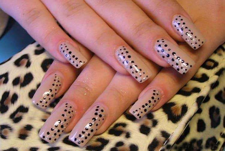 В моде остаются и рисунки точками на ногтях гель-лаком.