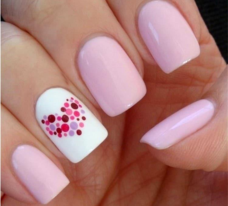 Однотонный розовый маникюр с акцентным белым пальцем тоже выглядит красиво.