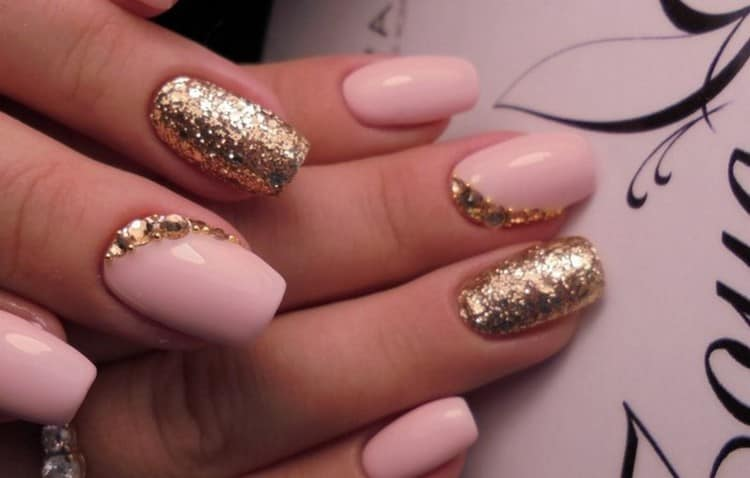 Богато выглядит маникюр розовый с золотом.