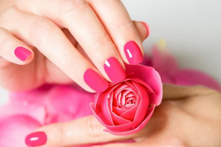 посмотрите красивые фото розового маникюра.