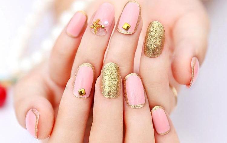 очень красивый золотисто-розовый дизайн ногтей.