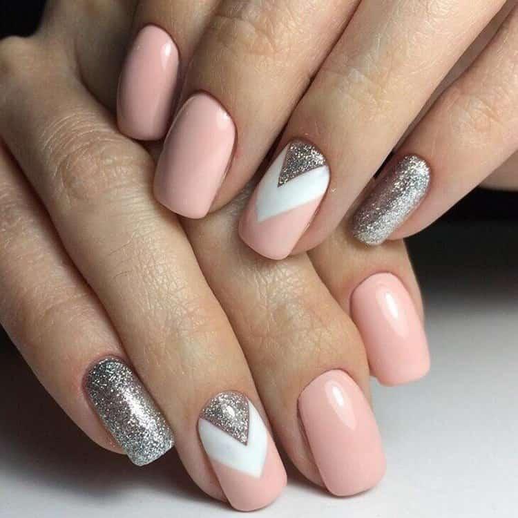 Красиво выглядит маникюр розовый с серебром.