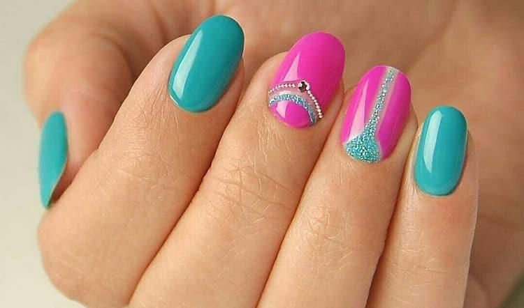 А вот более насыщенная бирюза в сочетании с розовым цветом на ногтях.