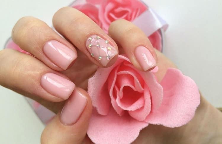 маникюр в розовых тонах не теряет актуальности.