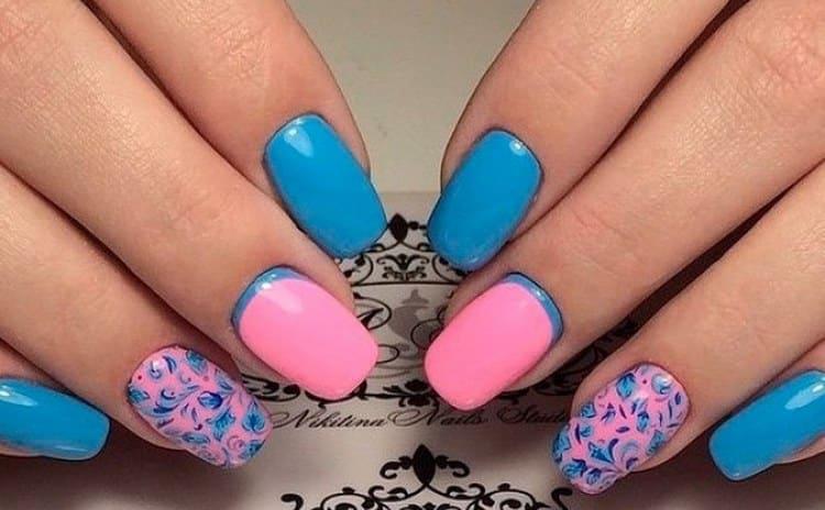 Красивые синие узоры на розовых ноготках.
