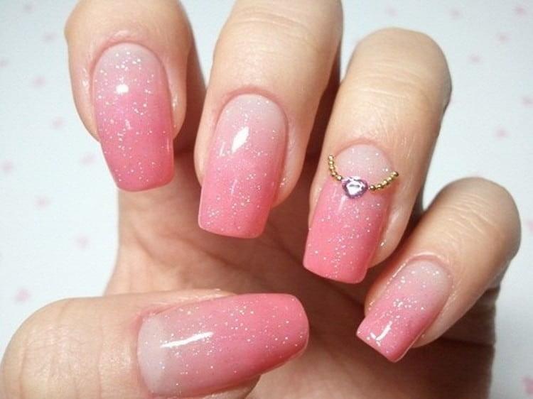если выбираете для такого цвета ногтей декор в виде страз, обратитесь к не слишком насыщенным оттенкам лака.