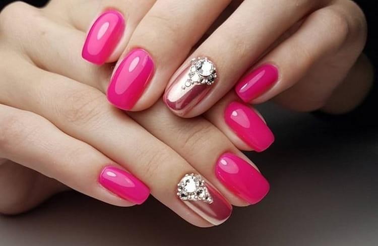 Втирка тоже хорошо сочетается с ярким розовым цветом на ногтях.
