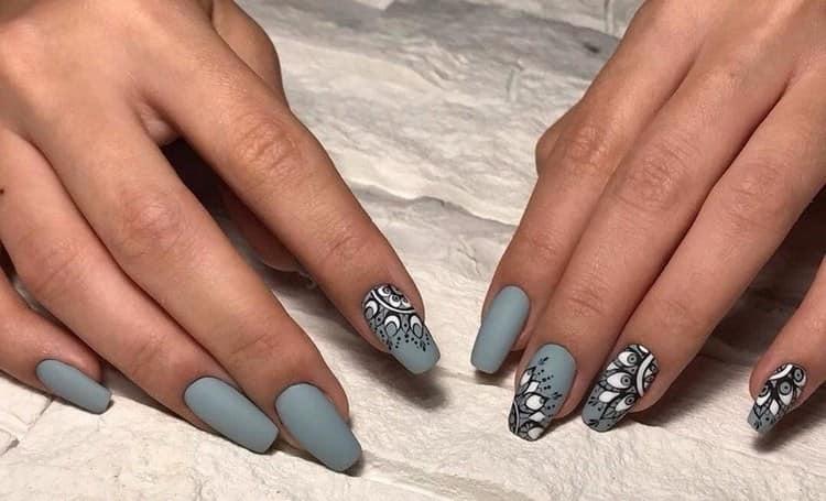 На длинных ногтях можно также сделать различные узоры на сером фоне.