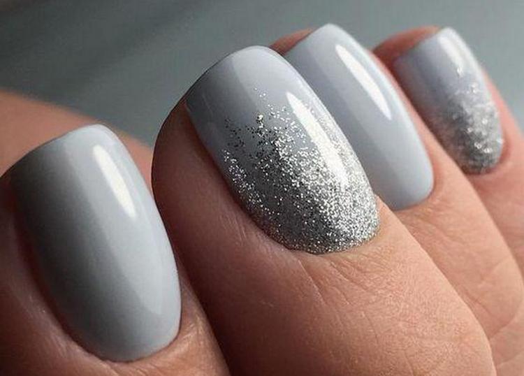Стильно выглядит маникюр серый с серебром.