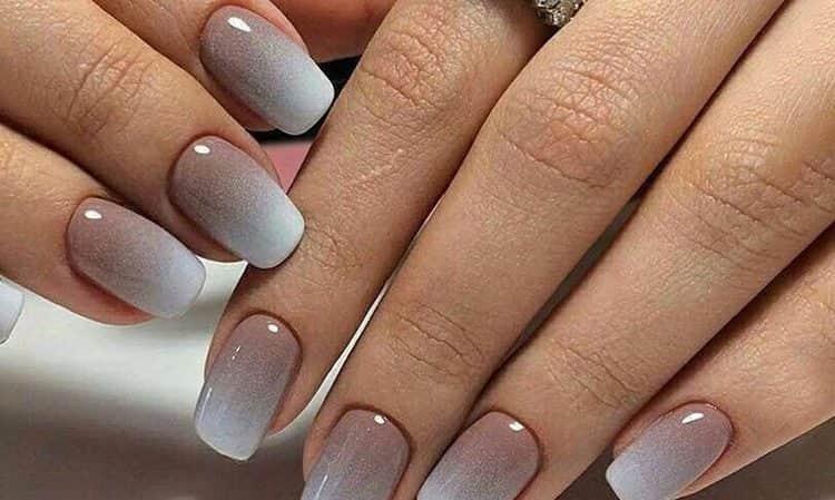 Серо-коричневый градиент на ногтях.