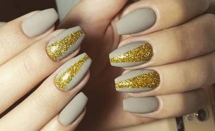 Маникюр серый с золотом подойдет для праздничных мероприятий.