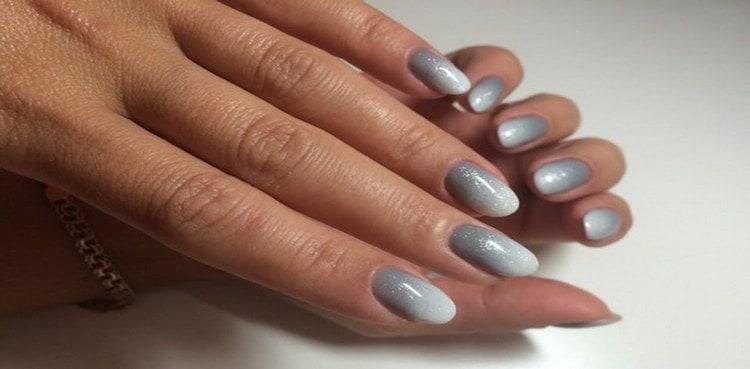 А вот более классический вариант серого омбре на ногтях.