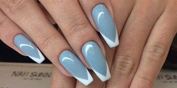 На длинных ногтях серый френч ласточкин хвост выглядит восхитительно.