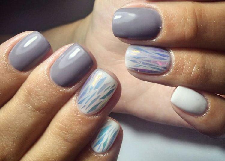 Серый маникюр стильно выглядит и на коротких ногтях.