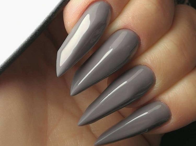 А вот фото маникюра серого цвета на длинных ногтях.