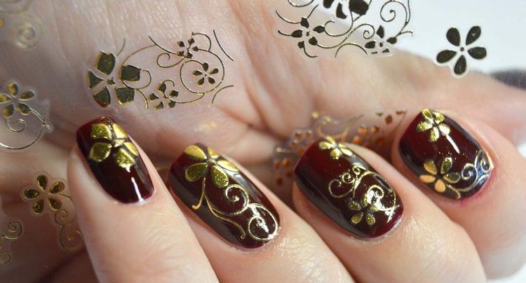 3д наклейки на ногтях выглядят объемными.