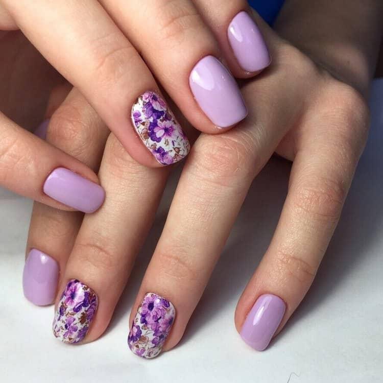 Стильно выглядят наклейки на двух ногтях.