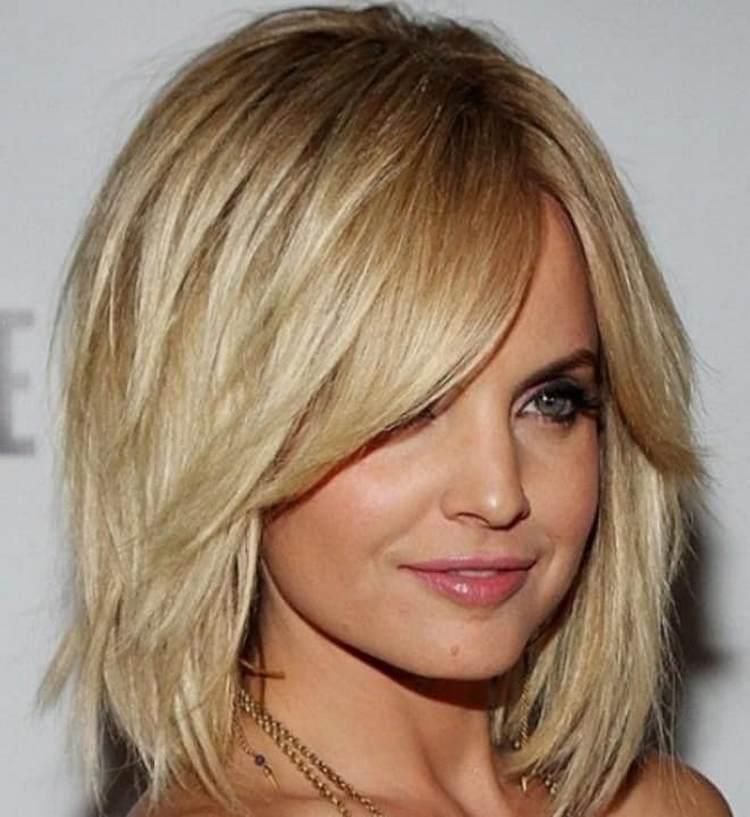 Посмотрите фото стрижки каре каскад на средние волосы.