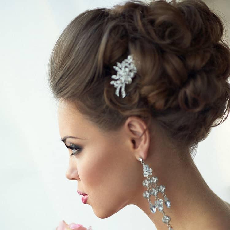 Посмотрите также видео о том, как сделать свадебные прически на длинные волосы.
