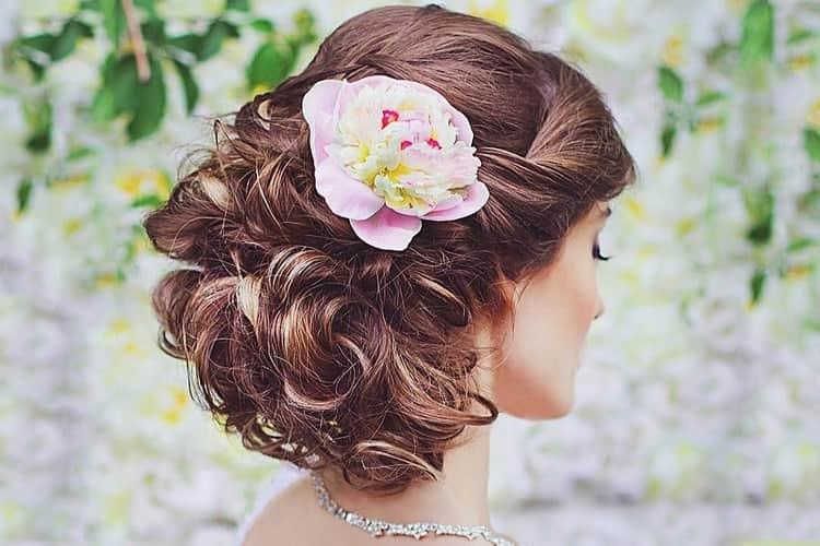 свадебную прическу на длинные темные волосы можно дополнить цветами.